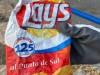 Encuentran en la playa una bolsa de patatas Lay's de 1.998