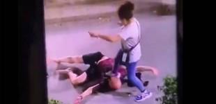▶️ ¿Por qué no sale por televisión? Una mujer agrede, apuñala y patea la cabeza a un hombre en plena calle