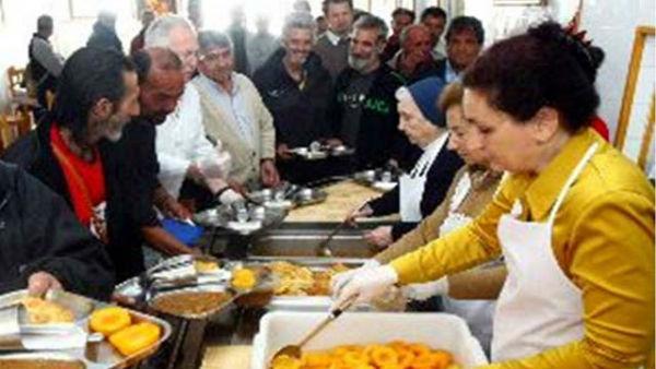 Los españoles ya superan a los inmigrantes en los comedores sociales