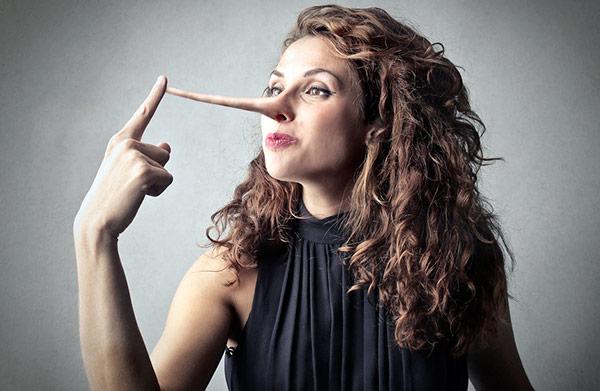 mujer mentirosa