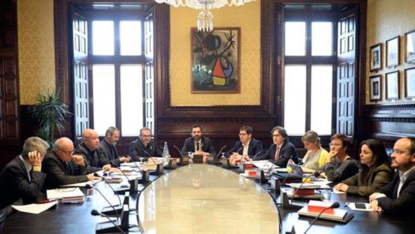 La mesa del parlament se querella contra el tribunal for Mesa parlament