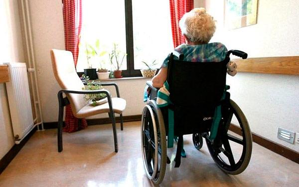 anciana silla de ruedas