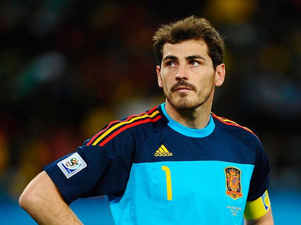 La paranoica encuesta de Casillas sobre la Luna