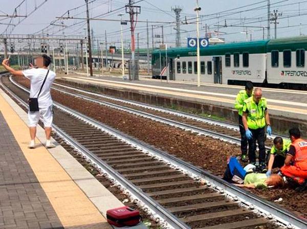 Se hace un 'selfie' delante de una mujer atropellada por un tren